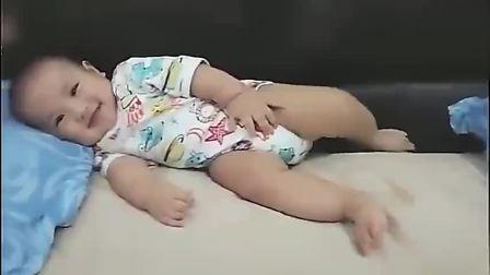 宝宝睡醒后躲在角落,看见妈妈过来,宝宝的行为萌炸啦