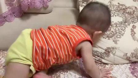 三个月的小宝宝第一次学爬行,接下来蹬腿的样子好逗,简直太萌了