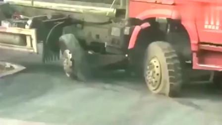 行车记录仪:这就是牌面,大货车两条轮胎报废,还要给拖拉机让道