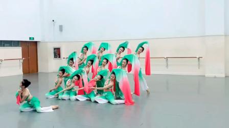 初中二年级学生柔美古典舞《且吟春雨》,水袖的位置就尴尬了!