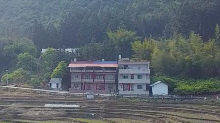 广西农村三兄弟的连体别墅,造价百万,这房子地理位置风水好!