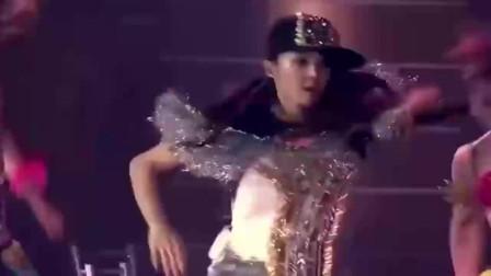 罗志祥在演唱会吻蔡依林,被对方反抗,这个举动可能不太好吧!