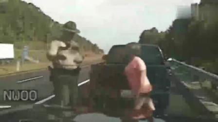 美国警察:女司机指控违规强行搜身,监控恰好拍下尴尬全过程!