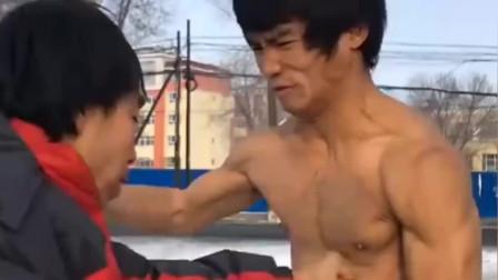 小伙子想要超过李小龙,练了十几年的武功才到这地步