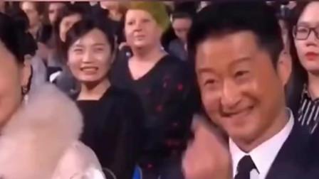 徐峥在台上对陶红比心,台下陶红笑得像个孩子一样