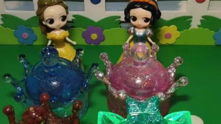 白雪公主过生日,贝尔公主也过生日,王子给她们送了三个收纳盒
