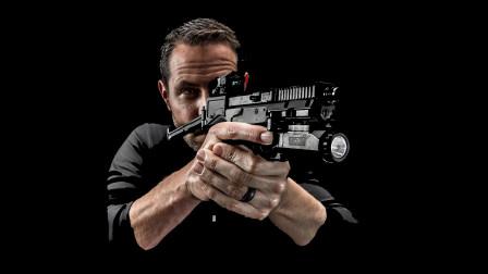 从未见过如此奇特的手枪,既有枪托又有红点镜,性能不亚于冲锋枪
