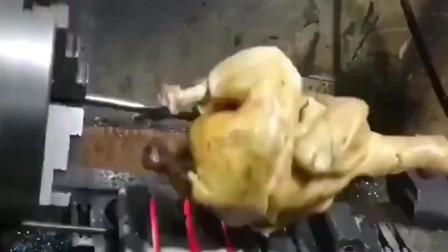 机会是给有准备的人,广东小伙上班带只鸡在工厂机器上烤