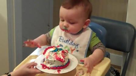 一岁宝宝吃他的生日蛋糕吃播!
