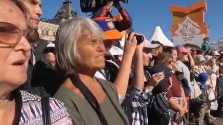 实拍解放军军乐队在俄罗斯街头演奏俄罗斯国歌,现场俄罗斯民众跟着高唱,掌声雷鸣