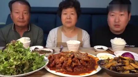 吃播韩国农村一家人今天妈妈做了香辣猪肉配上酱茄子吃得真香