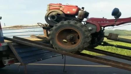 农村老司机开手扶拖拉机上板车,一顿秀猛如虎,真厉害!