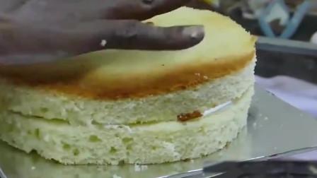 外国奇异美食:印度蛋糕师傅装裱生日蛋糕,这造型够独特的!