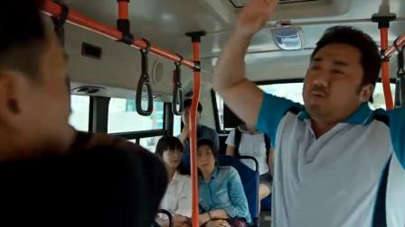 公交车上小伙欺负老人,霸气男子抬起手就把人吓得不轻