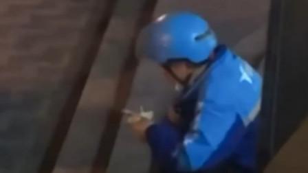 外卖小哥独自蹲在马路边,边吃生日蛋糕边抹眼泪,网友看哭了