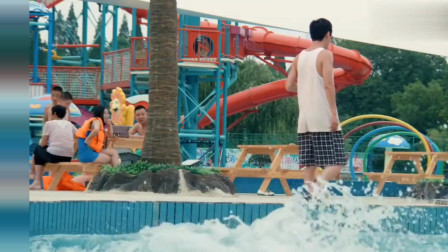 女生穿着比基尼踩到了一块西瓜皮,直接跌到了水中