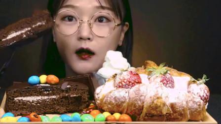 美食大鉴赏:吃巧克力蛋糕和草莓羊角面包。好诱人!