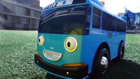 小绿鳄踢皮球飞出去掉汽车底下 巴士找树枝把玩具球弄出来