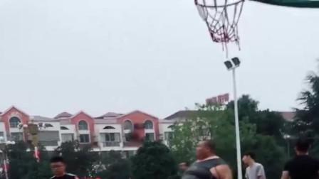 球场上看到一位大哥,他的体型走路都费劲,不知道他是怎么打篮球的!