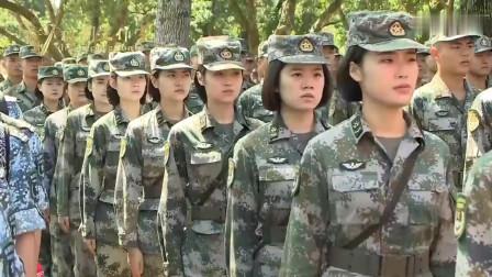 实拍驻港战士和香港市民一同上山种树,不少香港青年跑过去和战士合影