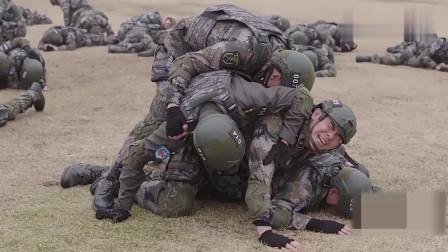 教官扔了颗假炸弹,试出了一堆怂包和四个勇士,没想到把最下面的给压晕了