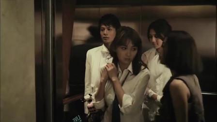 新郎结婚当天,电梯偶遇婚前试爱对象,女孩故意留下号码啊