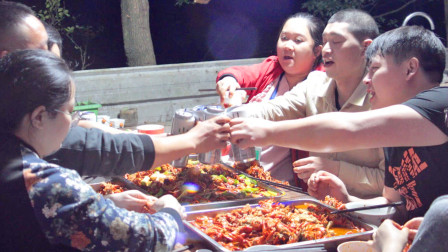 34斤小龙虾,8人忙到天黑整3大盘,麻辣小龙虾配啤酒吃到饱超过瘾