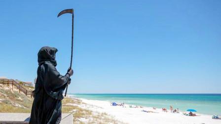 美国男子不满重新开放海滩,手持镰刀扮演死神,警告人们不要外出