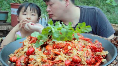 农村小哥做蒜蓉小龙虾,2瓶啤酒倒锅煮,1口1个和小侄女没吃过瘾