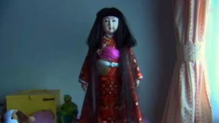 女孩的洋娃娃本是短头发,却在某一天,突然长出长发,日本恐怖片