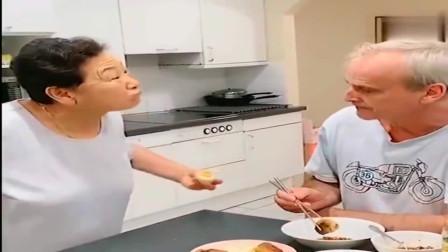 老外在中国:丈母娘给洋女婿剥了一个咸鸭蛋,瞧瞧皮特初次品尝的感受,太逗了
