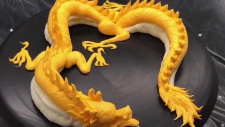 蛋糕师的技术真是强大,只是简单的加工,居然直接用奶油做出一条龙!