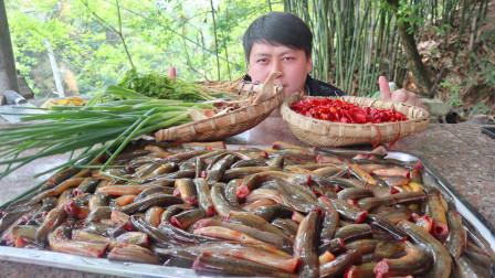 """35一斤的泥鳅,农村小哥买8斤做""""冷吃泥鳅"""",1口1个嘎嘣脆真过瘾"""