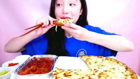 韩国大胃王小姐姐,吃芝士披萨+香辣无骨鸡爪,看她吃的真香啊!