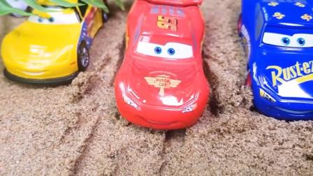 麦昆带领玩具车把奇趣蛋放进水池 恐龙妈妈驮宝宝坐拖拉机