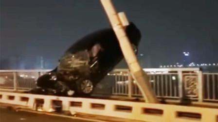 """武汉长江大桥凌晨离奇车祸 私家车""""骑""""护栏车尾悬空"""