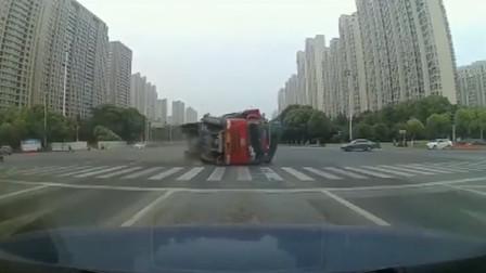 千万不要和大货车抢道,不然再好的车,也只能被压成铁饼