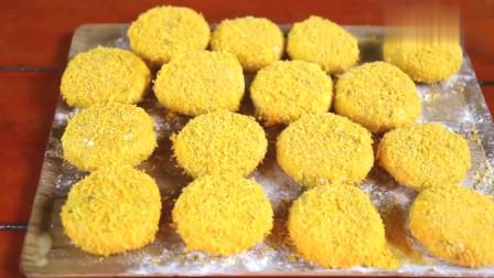 农村美女制做面点,油炸脆皮鸡肉土豆饼,吃起来鲜香酥脆美味