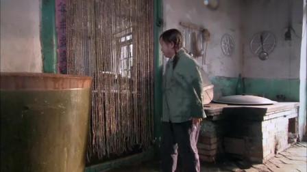 """""""现代版司马光砸缸""""女孩为救男孩把水缸凿穿,却还是被家长骂,好心疼"""