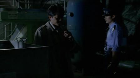 余文乐仓库巡查,不料郑伊健和鬼一样出现,吓的余文乐直接掏枪