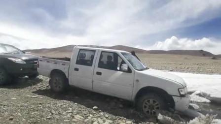自驾游客车辆陷西藏冰川无人区爆胎,民警:未开发,勿入
