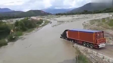 艺高人胆大,半挂车司机超厉害,这么深的水直接就开过去