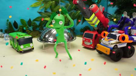 巴士看到飞碟认识外星人 帮忙找盖子送他回家好暖心早教动画