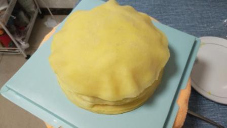 下着雨小伙去送榴莲千层蛋糕,雀巢淡奶油做的榴莲千层好吃,还是法国铁塔淡奶油做的好吃?