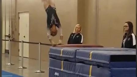 美国小体操运动员跳马失误摔向地面 教练一把稳稳抱住
