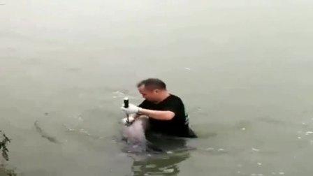 浙江杭州市大叔:大鱼这是在攒怒气吧,铁钩钩住了,一个挣扎溜走了!