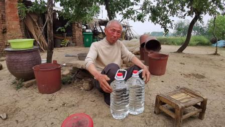 71岁老人舍不吃舍不穿就喜欢喝酒,一年600斤都不够,听着吓人