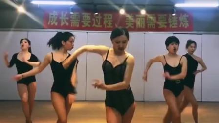 河南魔鬼身材的美女舞者,演绎狂野拉丁舞,看上瘾了