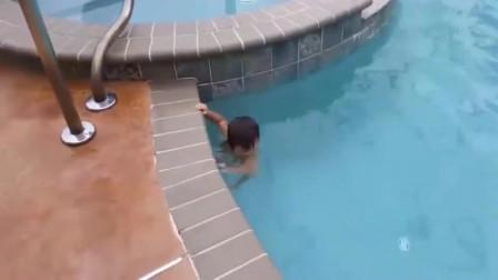 美国2岁牛人小萌娃一口气横越泳池,自由泳仰泳随意切换,太厉害了