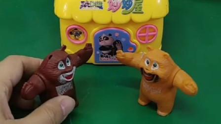 熊大捡了一个钥匙,回到家熊二把要是丢了,熊大捡的原来是熊二的钥匙!